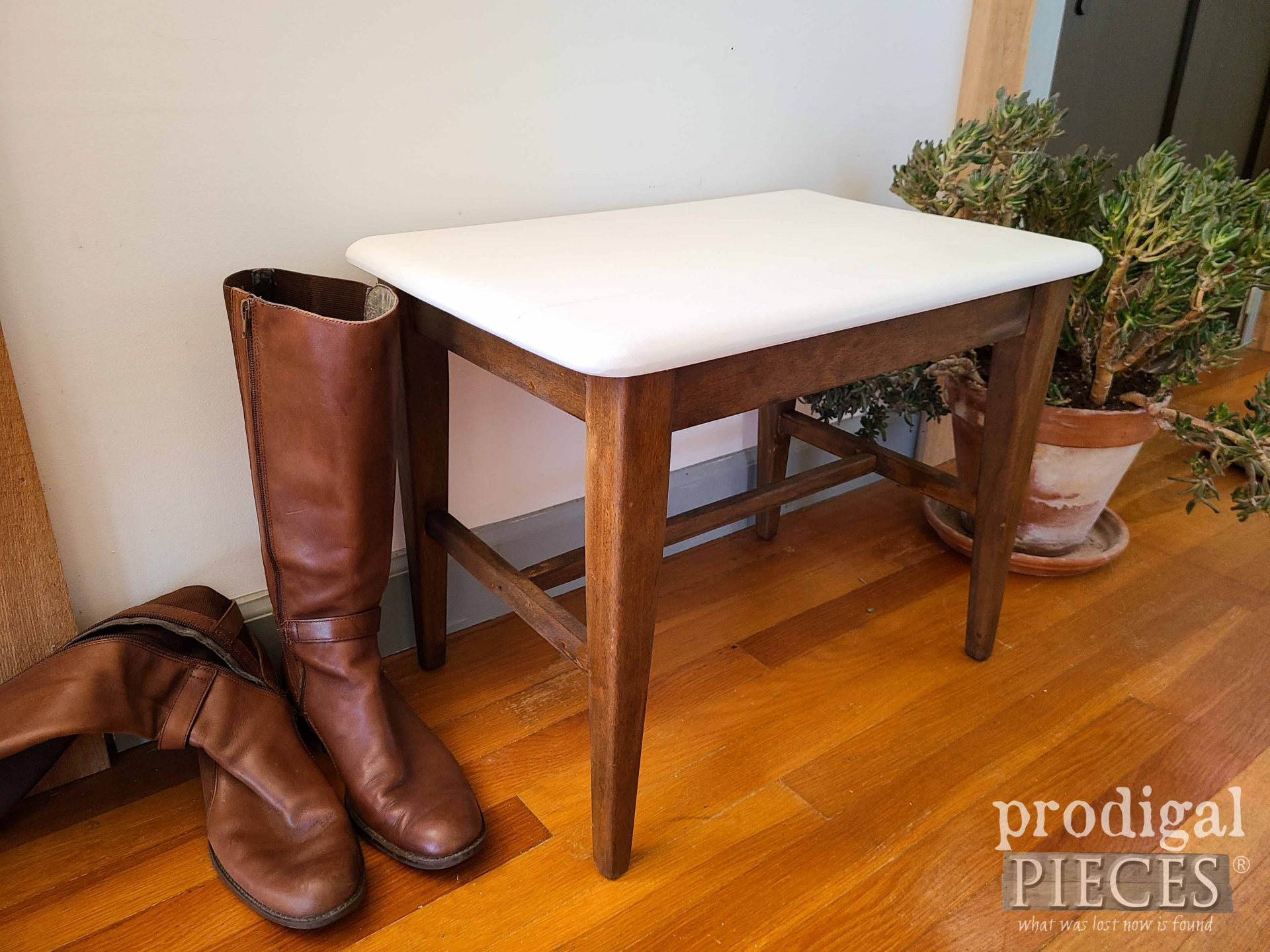 White & Stain Mid Century Modern Bench Makeover by Larissa of Prodigal Pieces | prodigalpieces.com #prodigalpieces #furniture #vintage #midcentury